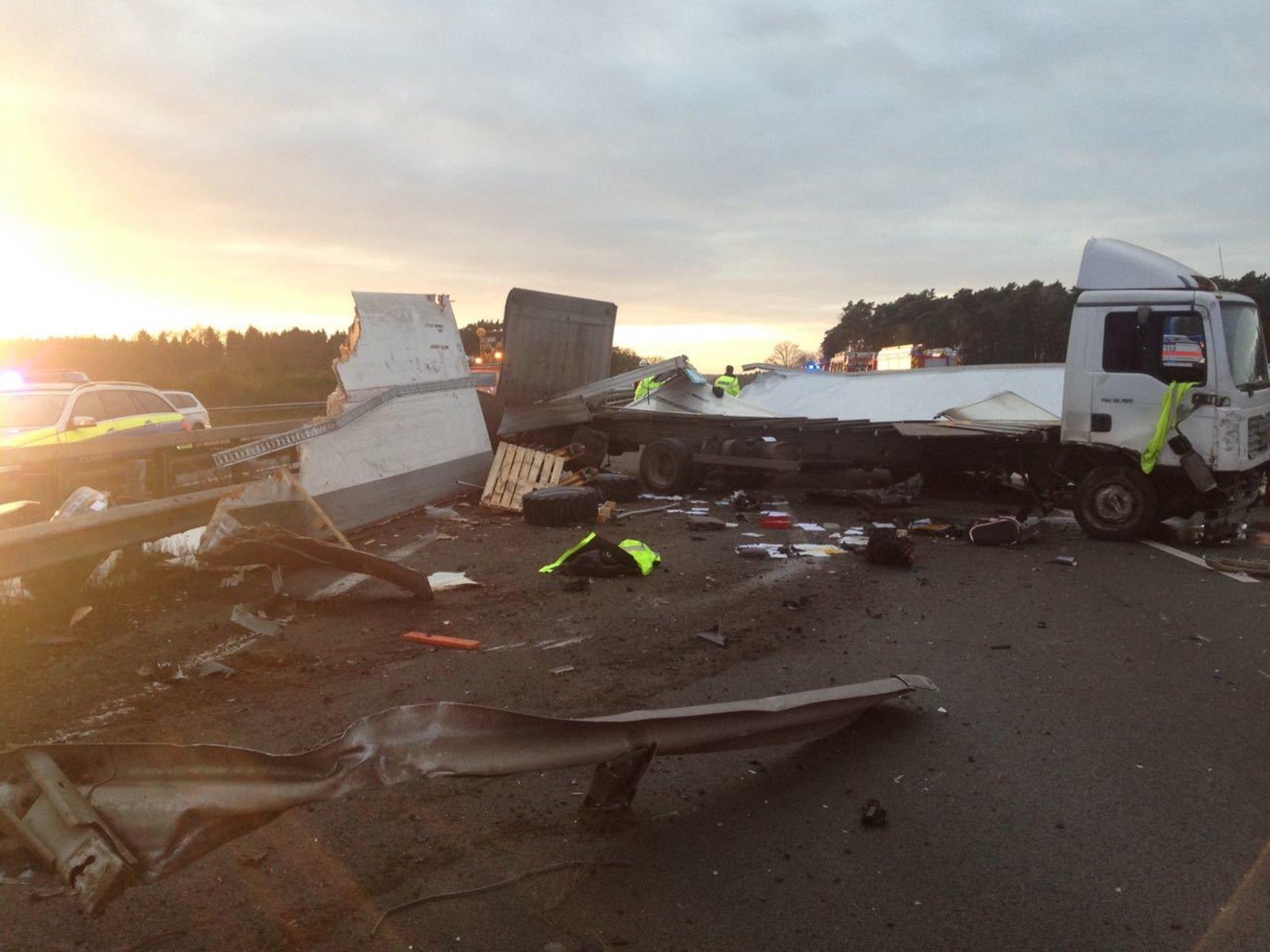 Autobahn Als Schrottplatz Unfall Auf Der A1 Bei Rade Fordert Drei