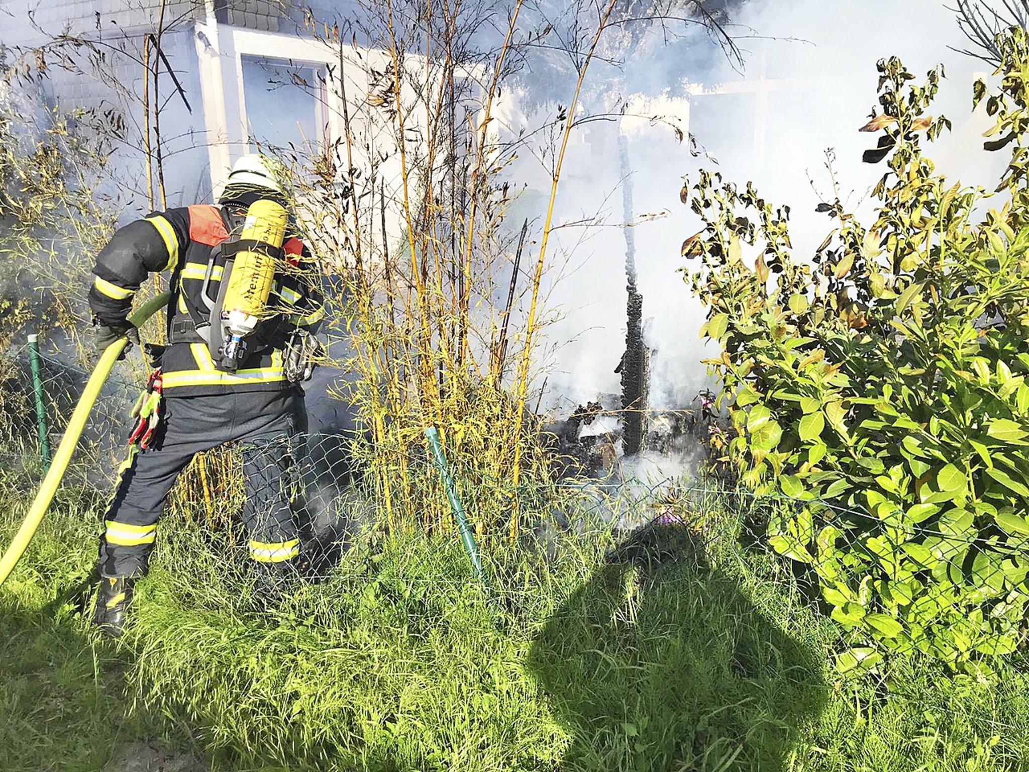 Schuppen in Jork brennt nieder Feuerwehren verhindern
