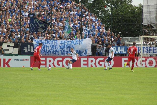Fussball Schalke Gewinnt Gegen Drochtersen Assel 5 0 Im Dfb
