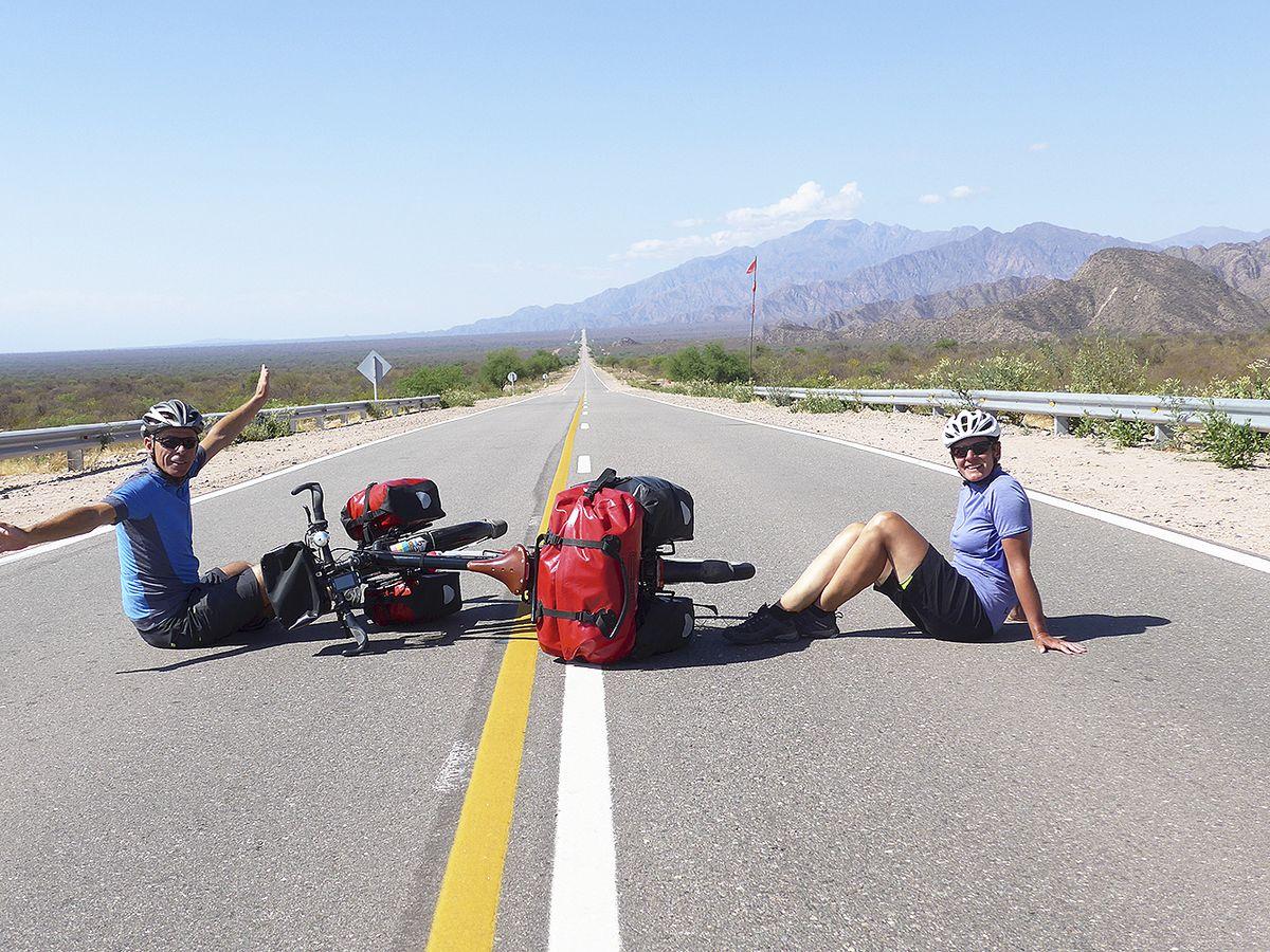 Unendliche Weite auf einer Straße in Argentinien: Uwe und Sabine Wüppermann auf einer Straße in Argentinien