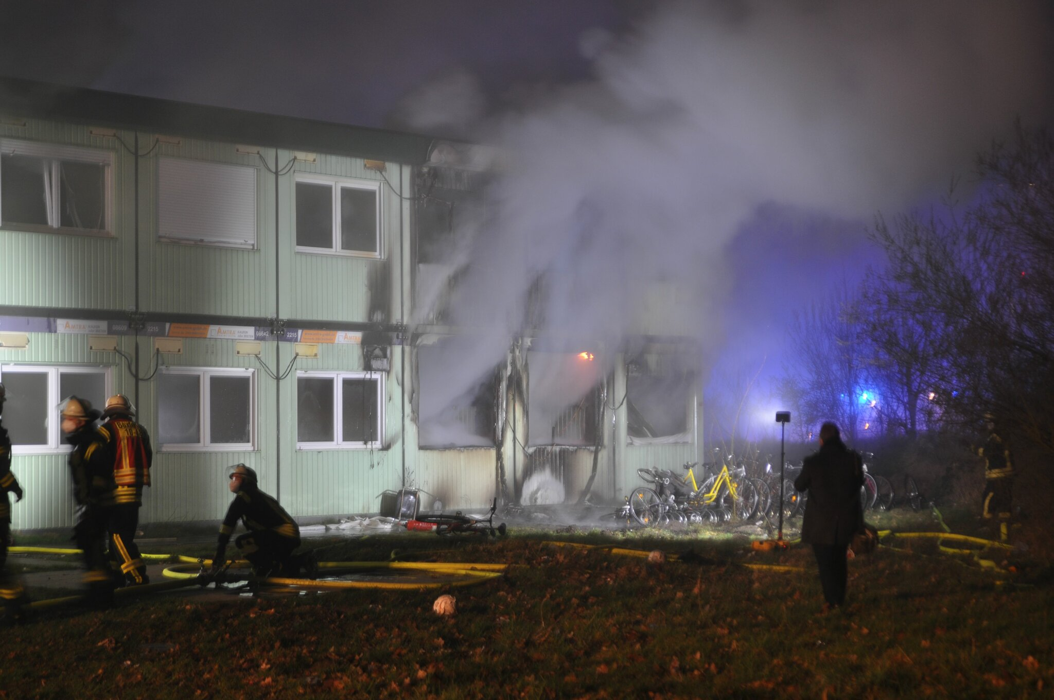 120 Feuerwehrleute im Einsatz                                                                  Großfeuer in Buxtehuder Flüchtlingsunterkunft