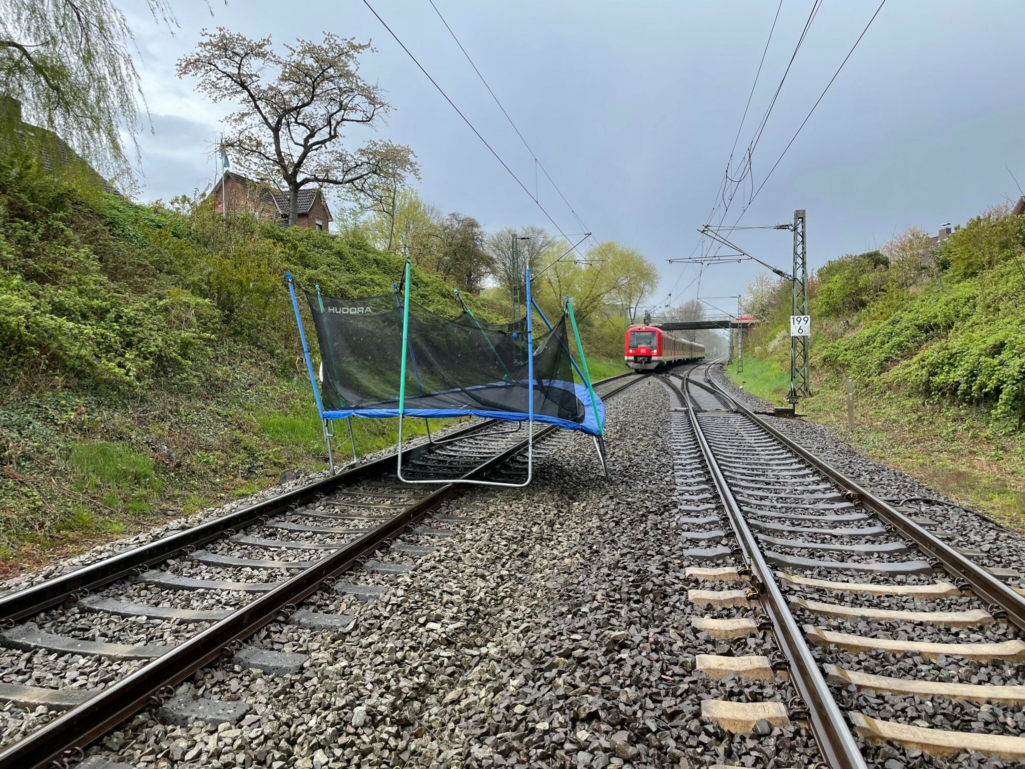 Zwangsstopp für S-Bahn bei Horneburg                                                                  Trampolin auf Gleise geweht
