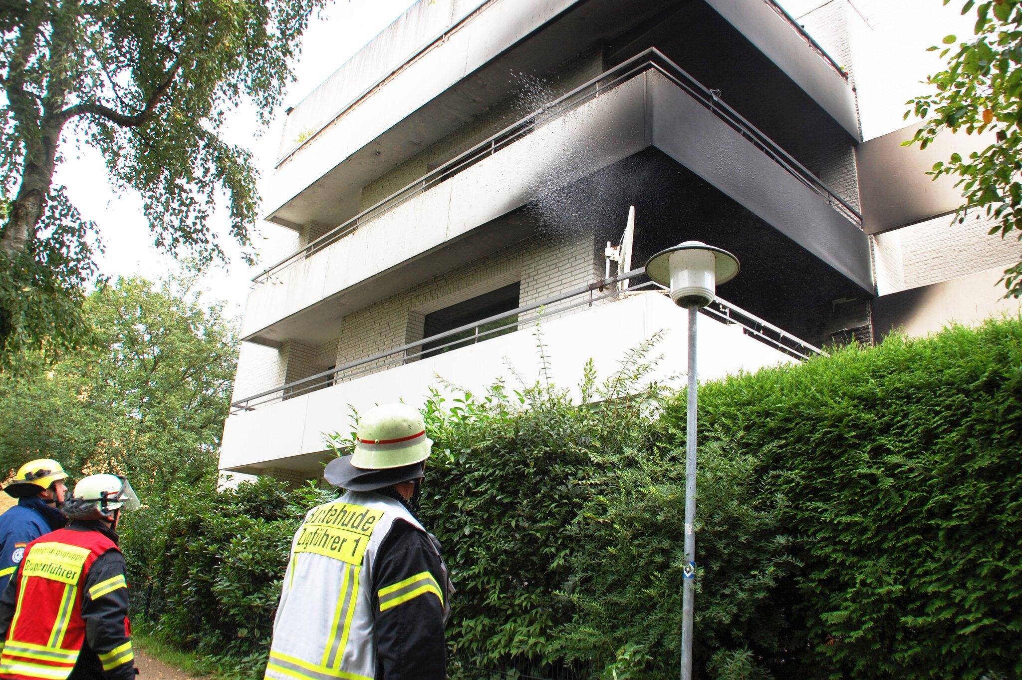 Feuer auf Balkon vernichtet komplette Wohnung                                                                  Brand in der Sagekuhle