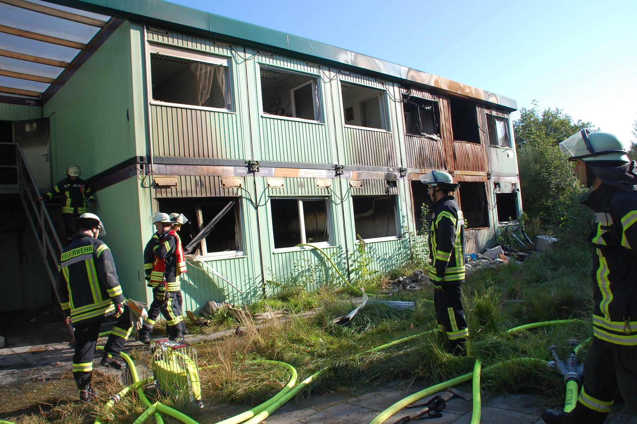 Nach nächtlichem Feuerwehreinsatz brach das Feuer am morgen erneut aus                                                                  Feuer in Asyl-Unterkunft in Buxtehude