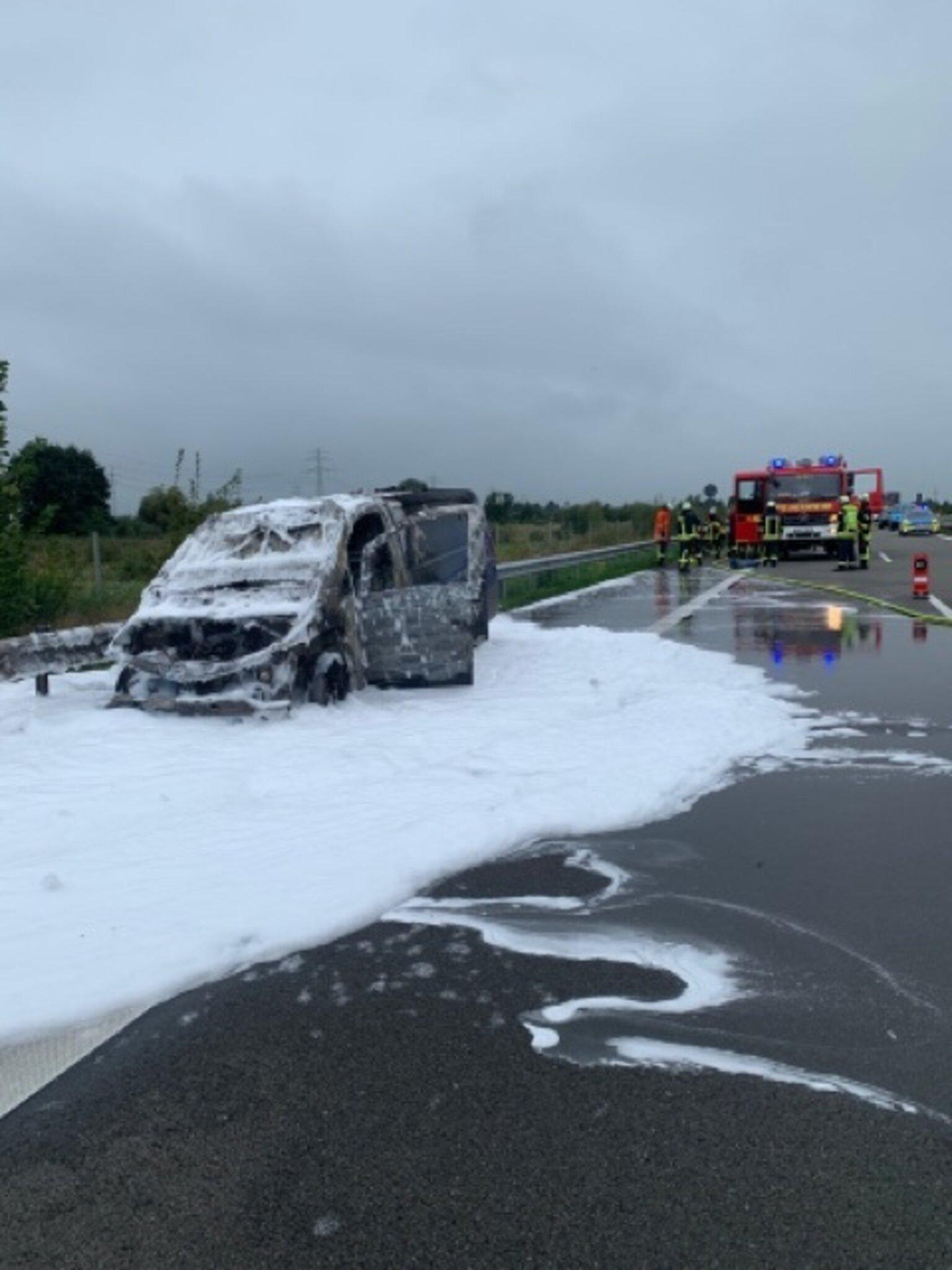 Zuerst kam Qualm aus der Lüftung                                                                  Mercedes Vito brennt auf der A26 aus