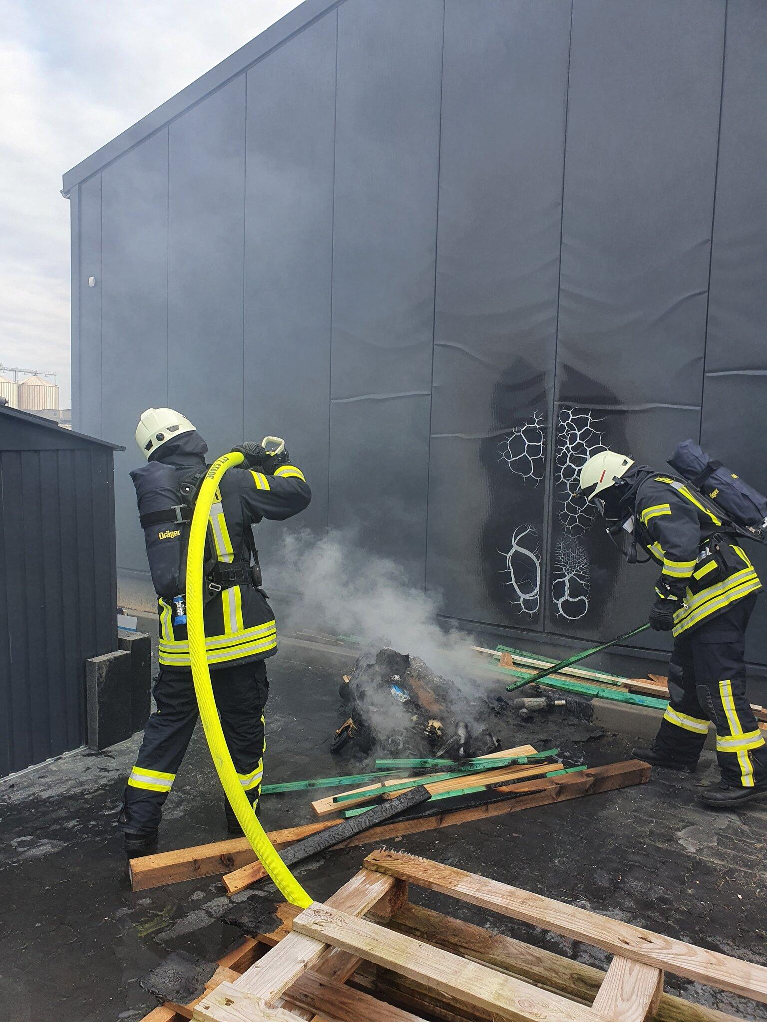 Schneller Feuerwehreinsatz verhindert Großbrand                                                                  Apensen: Müllcontainer neben Lagerhalle brannte